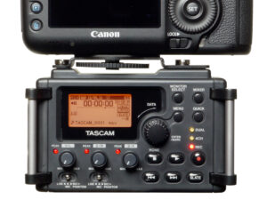 dr 60d w kamera 300x225 Tascam DR 60D   dedicated, lightweight DSLR audio recorder