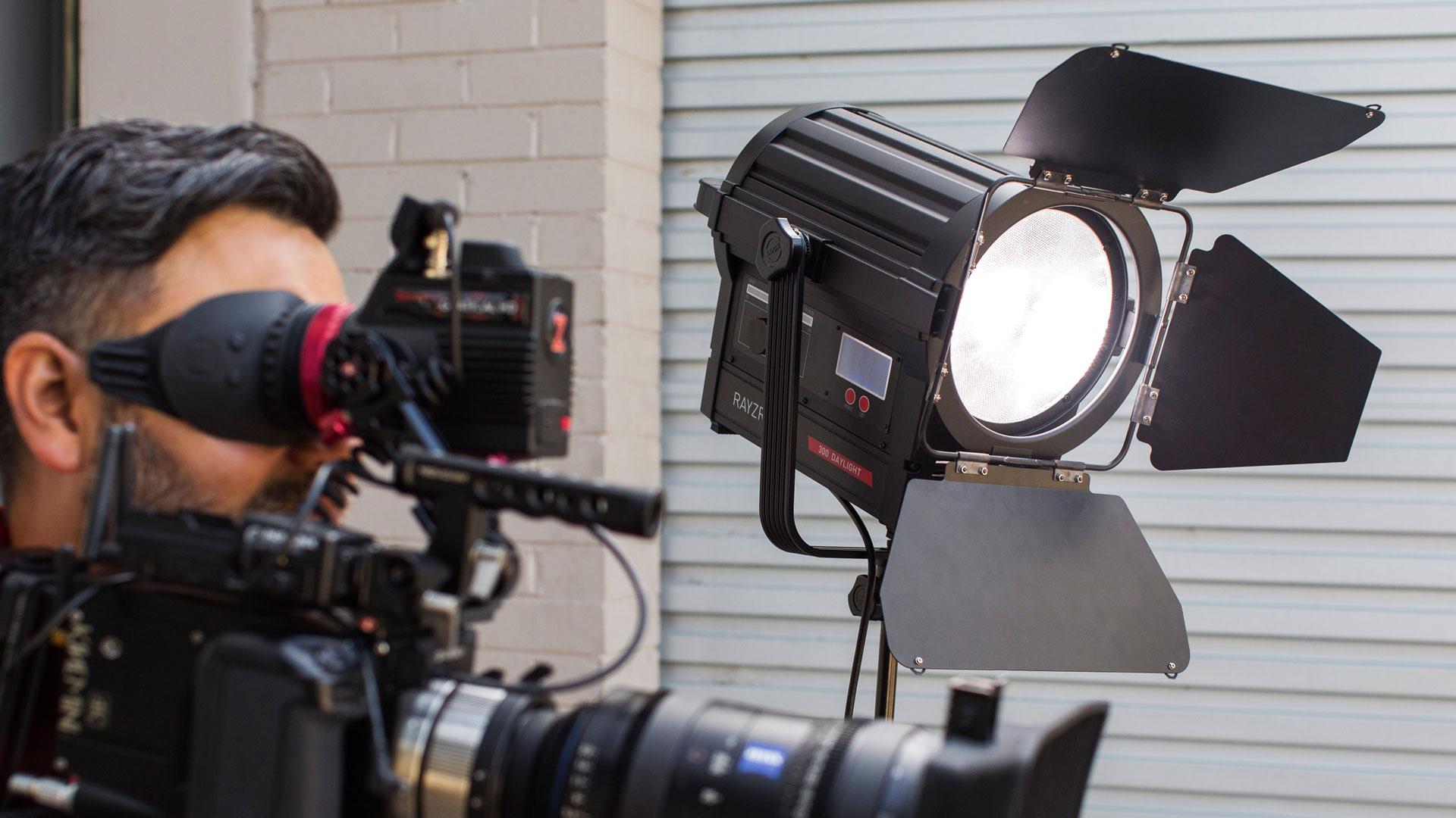 Rayzr 7がバッテリー駆動もできるフルネル型LEDライト4機種を発表