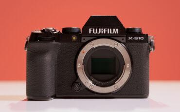 Presentan la FUJIFILM X-S10: cámara compacta con sensor APS-C estabilizado